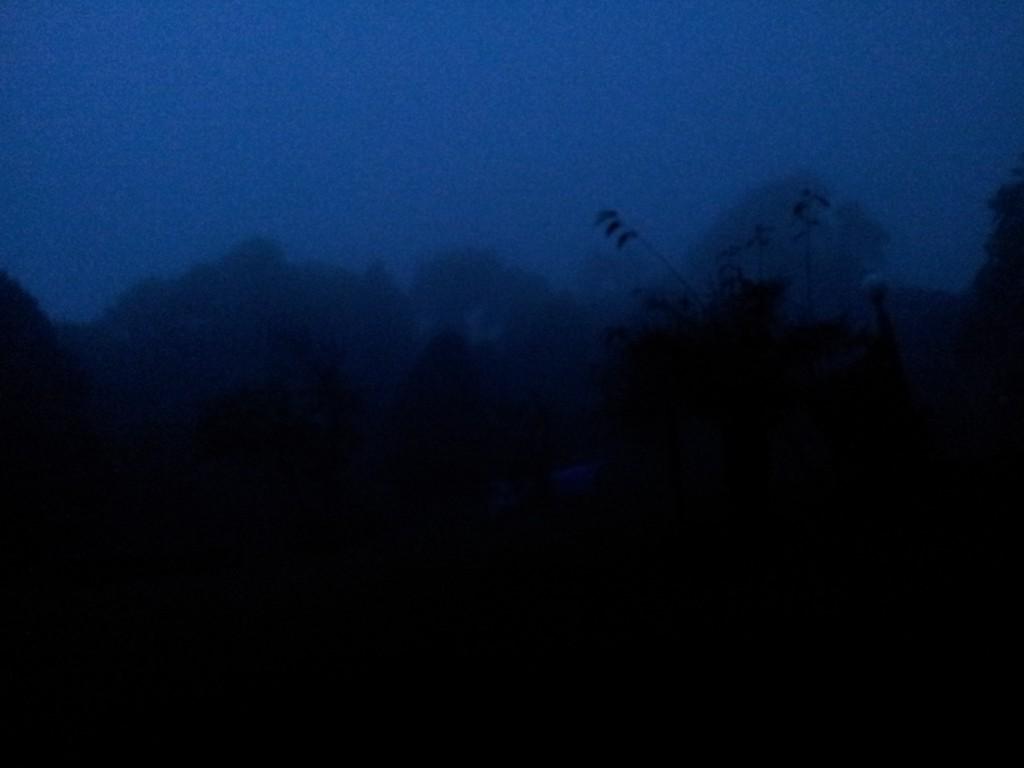 ฝนตกหนักและลมแรงตลอดคืน