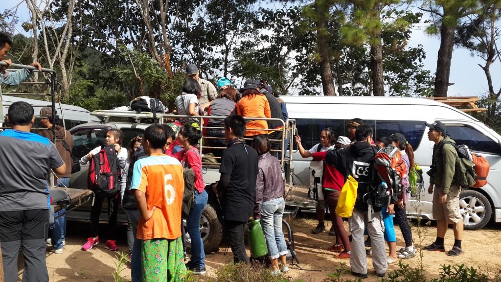 จัดถ่ายกระเป๋าขึ้นรถ 4WD ที่ทางหน่วยฯ จัดเตรียมให้ แล้วเราก็ต้องติดรถเพื่อไปจุดเริ่มเดินอีกประมาณ 1 ชั่วโมง