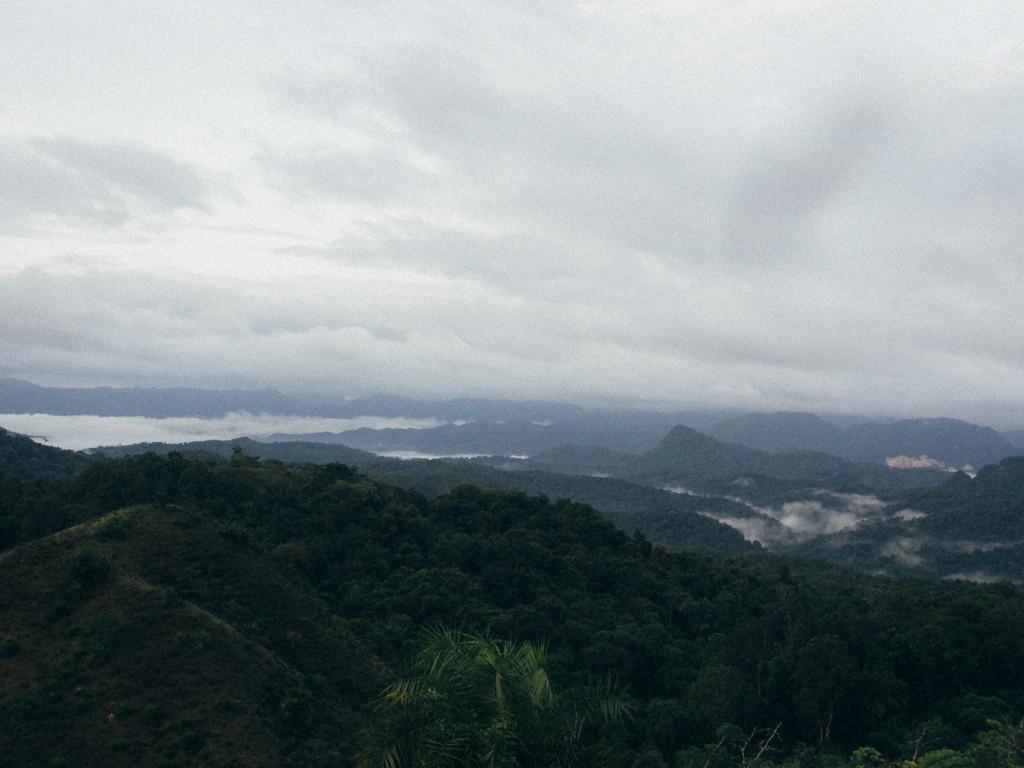 ฝั่งนี้มองไปในหุบเขาตรงที่มีทะเลหมอก จะเป็นเมืองอุ้มผาง